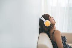 słuchający radio Zdjęcia Stock