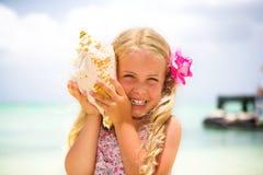 słuchający seashell zdjęcia stock
