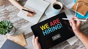 Słuchamy, zatrudnienie, rekrutacja, HR zarządzania pojęcie na przyrządu ekranie obraz stock