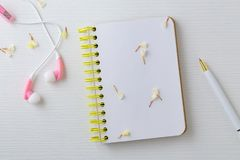 Słuchawki i notatnik z kwiatem obraz royalty free
