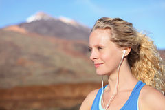 Słuchawki - kobieta biegacz słucha muzyka fotografia stock