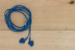 Słuchawki na drewnianej desce obraz stock