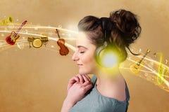 słuchawki słyszy muzykę młodych kobiet Zdjęcia Stock