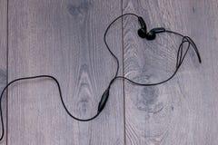 Słuchawki w kształcie serce na drewnianym tle Mieszkanie nieatutowy, kopii przestrze? zdjęcie stock
