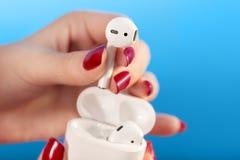 Słuchawki w palcach obrazy royalty free