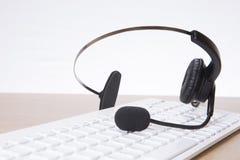 Słuchawki z komputerową klawiaturą zdjęcia stock