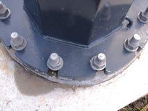 Słup flansza z ciężkimi threaded galwanizować stadninami i dokrętkami na betonowej podstawie zdjęcie royalty free