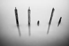 Słupy w wodzie - ciszy pojęcie Zdjęcia Royalty Free