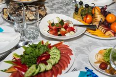 Słuzyć ślubu stół z przekąskami dla różnych smaków obraz stock