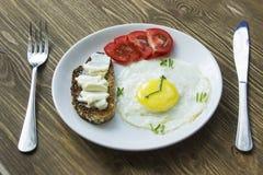 Słuzyć śniadanie z Smażącym jajkiem w formie zegar Obraz Stock