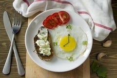 Słuzyć śniadanie z Smażącym jajkiem w formie zegar Obraz Royalty Free