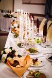 Słuzyć bankieta stół przygotowywający dla gości fotografia stock