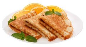 Słuzyć bliny z pomarańczowymi plasterkami na talerzu obraz royalty free