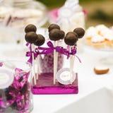 Słuzyć cukierku bar - czekoladowych cukierków lizaki zdjęcia royalty free