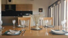 Słuzyć drewniany stół w żywym pokoju zbiory