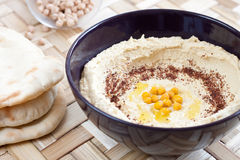 słuzyć hummus chlebowy pita Zdjęcia Stock