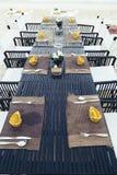 Słuzyć stół przy dennym brzeg na tropikalnej plaży Zdjęcia Royalty Free