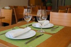 Słuzyć stół w restauraci Obrazy Royalty Free