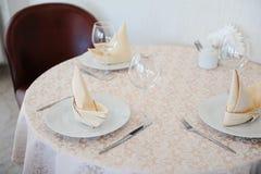 Słuzyć stół w restauraci dla trzy persons Zdjęcie Stock
