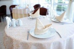 Słuzyć stół w restauraci dla trzy persons Fotografia Stock
