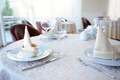 Słuzyć stół w restauraci dla trzy persons Obrazy Royalty Free