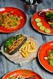 Słuzyć stół z różnorodnymi naczyniami restauracja Hot dog, grill wieprzowiny ziobro, stek, Carbonara pasta i krab sałatka, obrazy royalty free