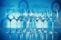 Słuzyć stołowi szkła w błękitnych brzmieniach Fotografia Stock