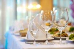 Słuzyć stołowy przygotowany dla wydarzenie ślubu lub przyjęcia Miękka ostrość, s zdjęcie stock
