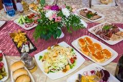 Słuzyć stoły przy bankietem Napoje, przekąski, bakalie i kwiaty w restauraci, Ślub lub obrazy stock