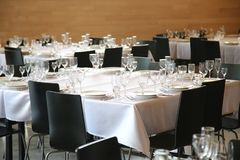 Słuzyć stoły przygotowywający dla gości zdjęcie stock
