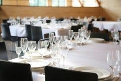 Słuzyć stoły przygotowywający dla gości obrazy stock