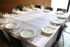 Słuzyć stoły przygotowywający dla gości fotografia stock