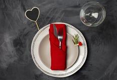 Słuzyć talerz dla walentynka dnia lub romantyczny gość restauracji przy czarnym tłem fotografia stock