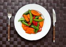 Słuzyć weganinu posiłek w talerzu Zdjęcie Royalty Free