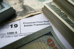 1099-S从不动产交易形式的收益与优质的金钱 库存图片