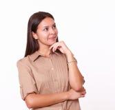 20s单独逗人喜爱女孩身分和微笑 免版税图库摄影