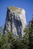 s夫人向峭壁- Rarau - Campulung -罗马尼亚扔石头 库存图片