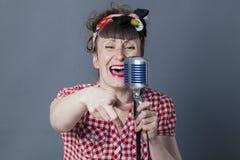 30s女性摇摆物和声音艺术家有减速火箭样式唱歌的 免版税库存照片