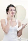 30s应用润湿的奶油的妇女 免版税库存图片