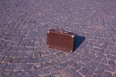 30 ` s手提箱的葡萄酒手提箱在摊铺机背景的  免版税库存图片