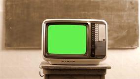 80S有绿色屏幕的电视在学校 乌贼属口气 移动式摄影车射击 股票录像