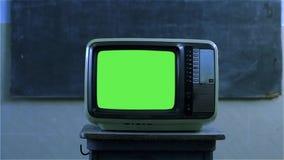 80S有绿色屏幕的电视在学校 夜口气 股票视频