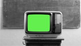 80S有绿色屏幕的电视在学校 黑白口气 股票视频