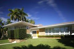 1950年` s样式房地产单身家庭的房子 库存图片