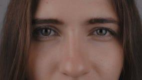 ` s注视少妇的特写镜头,她凝视入照相机 关闭少妇` s眼睛 影视素材