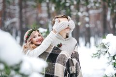 ` s由她注视的逗人喜爱的女孩覆盖物男朋友编织了mittes 户外婚姻冬天的新娘新郎 附庸风雅 库存照片