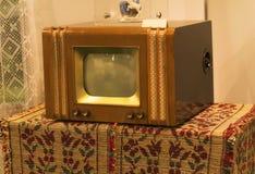 从70s的减速火箭的老电视在桌上 葡萄酒instagram样式被过滤的照片 图库摄影
