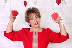 50s的美丽的愉快的妇女在红色礼服的 日s华伦泰 免版税库存图片