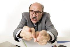 60s秃头资深办公室上司人愤怒和恼怒的打手势的upse 图库摄影