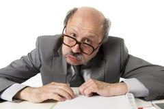 60s秃头资深办工室职员人愤怒和恼怒打手势 免版税库存照片